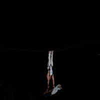 """8. Rippel Rekord - 2009. Augusztus 2.  Coke Club,Siófok, Nagystrand, Két 15 méteres állvány közé kifeszítet drótkötélen, siklás közben""""erő hátsó-mérleg tartás""""2 perc 2 másodpercig."""